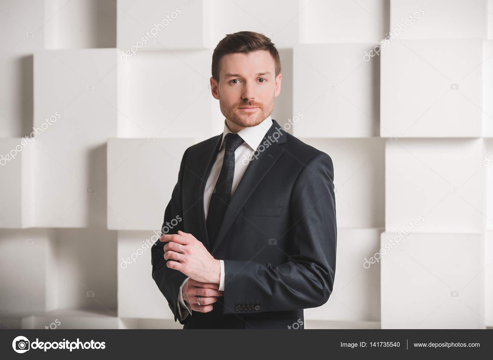 Fein Schwarzer Anzug Für Die Hochzeit Galerie - Brautkleider Ideen ...