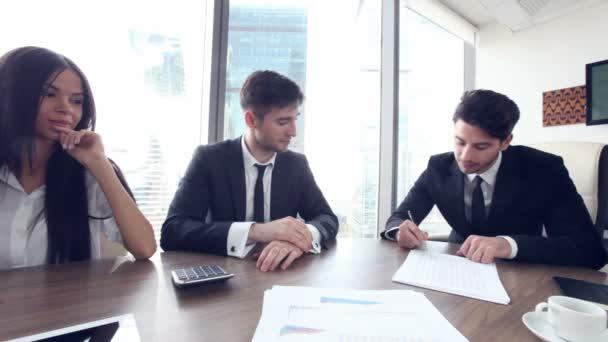 Geschäftsleute unterzeichnen Vertrag