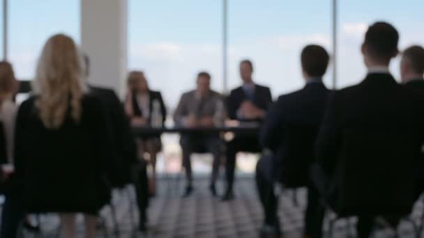 podnikatelé na konferenci
