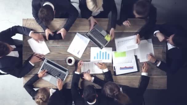 Üzletemberek, dokumentumok elemzésére