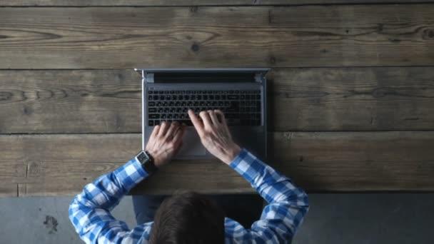 Pohled shora člověka psaní na notebooku