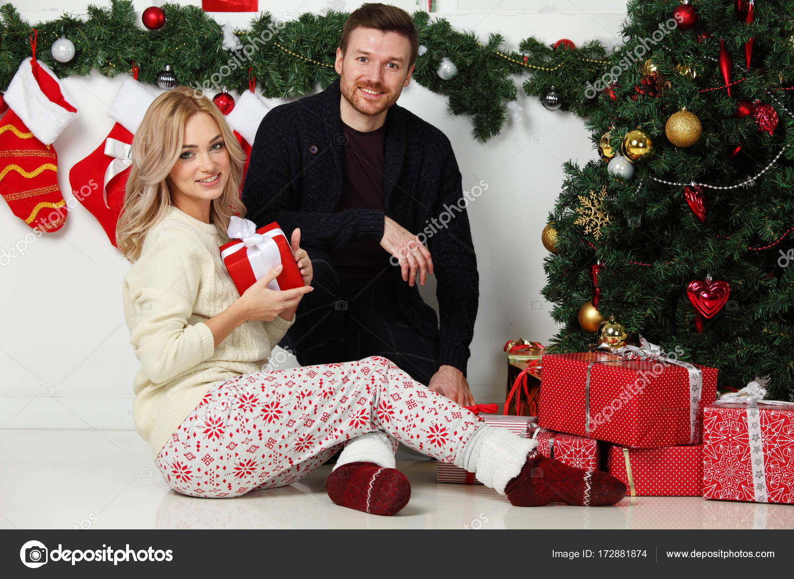 Paar mit Weihnachtsgeschenke — Stockfoto © ALotOfPeople #172881874