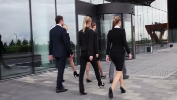 podnikatelé chůzi venku