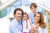 Šťastná rodina a jejich dům