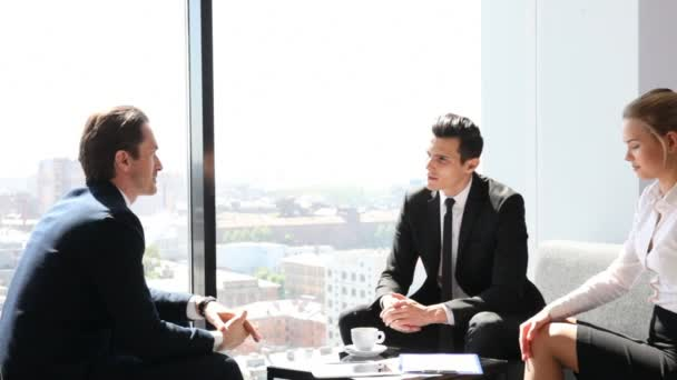 Geschäftsleute bei der Kaffeepause am Fenster mit Blick auf die Stadt