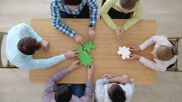 Bokovky obchodního konceptu úspěšné týmové práce, obchodní skupiny montážní skládačka, pohled shora