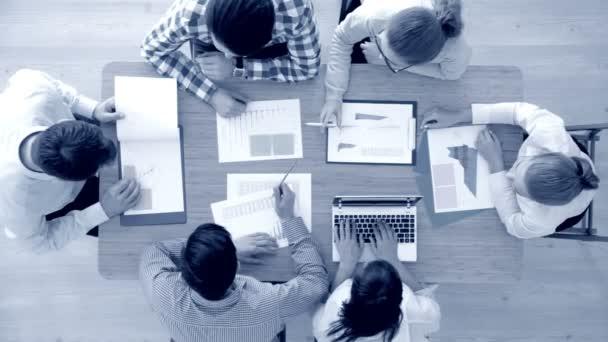 Besprechung des Geschäftsteams, Leute in Freizeitkleidung arbeiten am Schreibtisch mit Finanzstatistiken