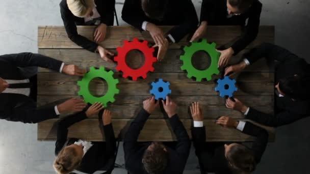 Geschäftsleute mit bunten Rädchen im Getriebe, Problemlösungskonzept
