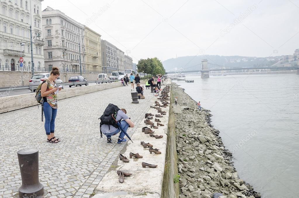 Zapatos Víctimas Danubio Monumento Del El Las En Paseo A OPZkTXiu