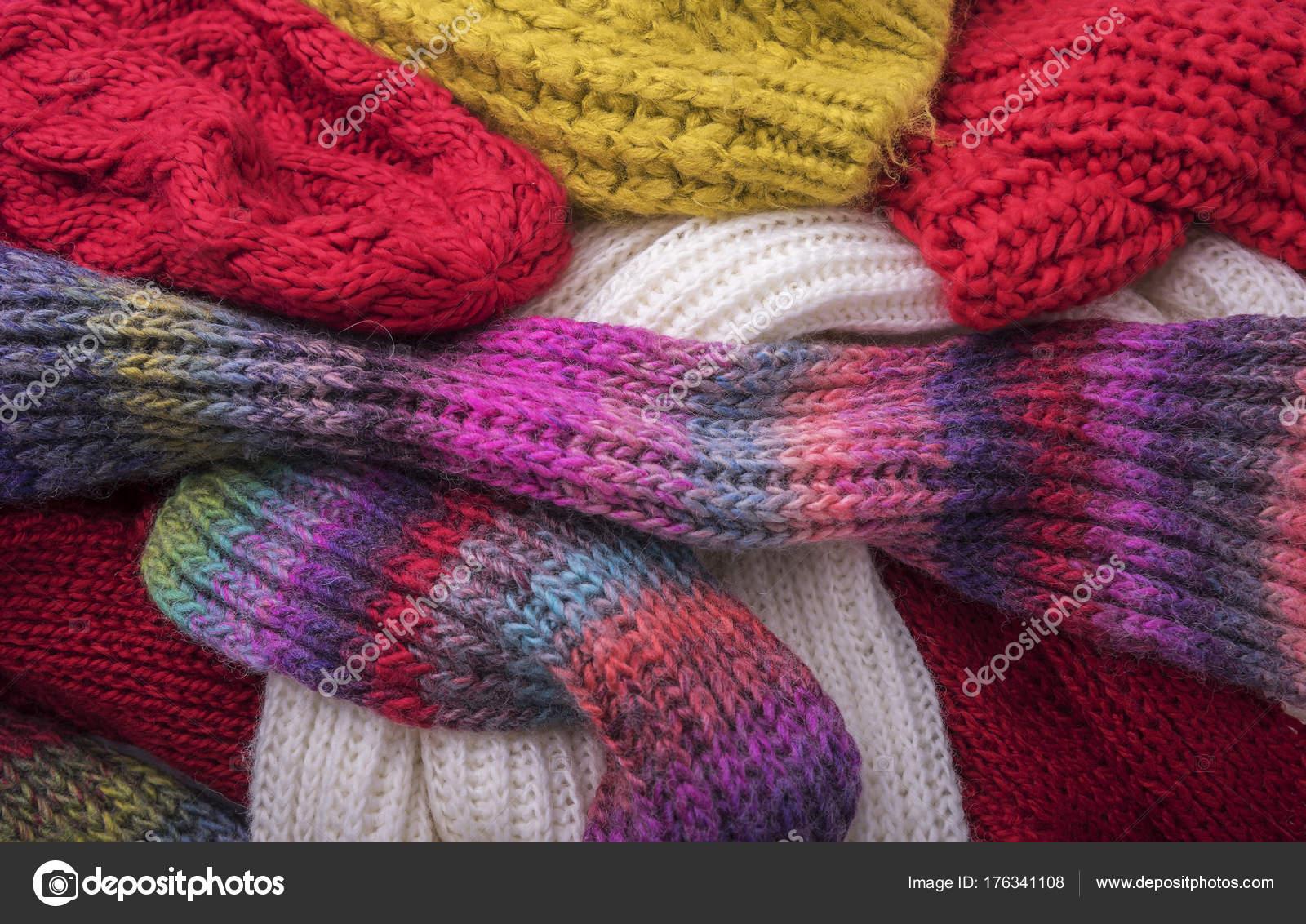 e19f7eb8892 Teplé zimní oblečení. Čepice a šátky — Stock Fotografie © tanya ...