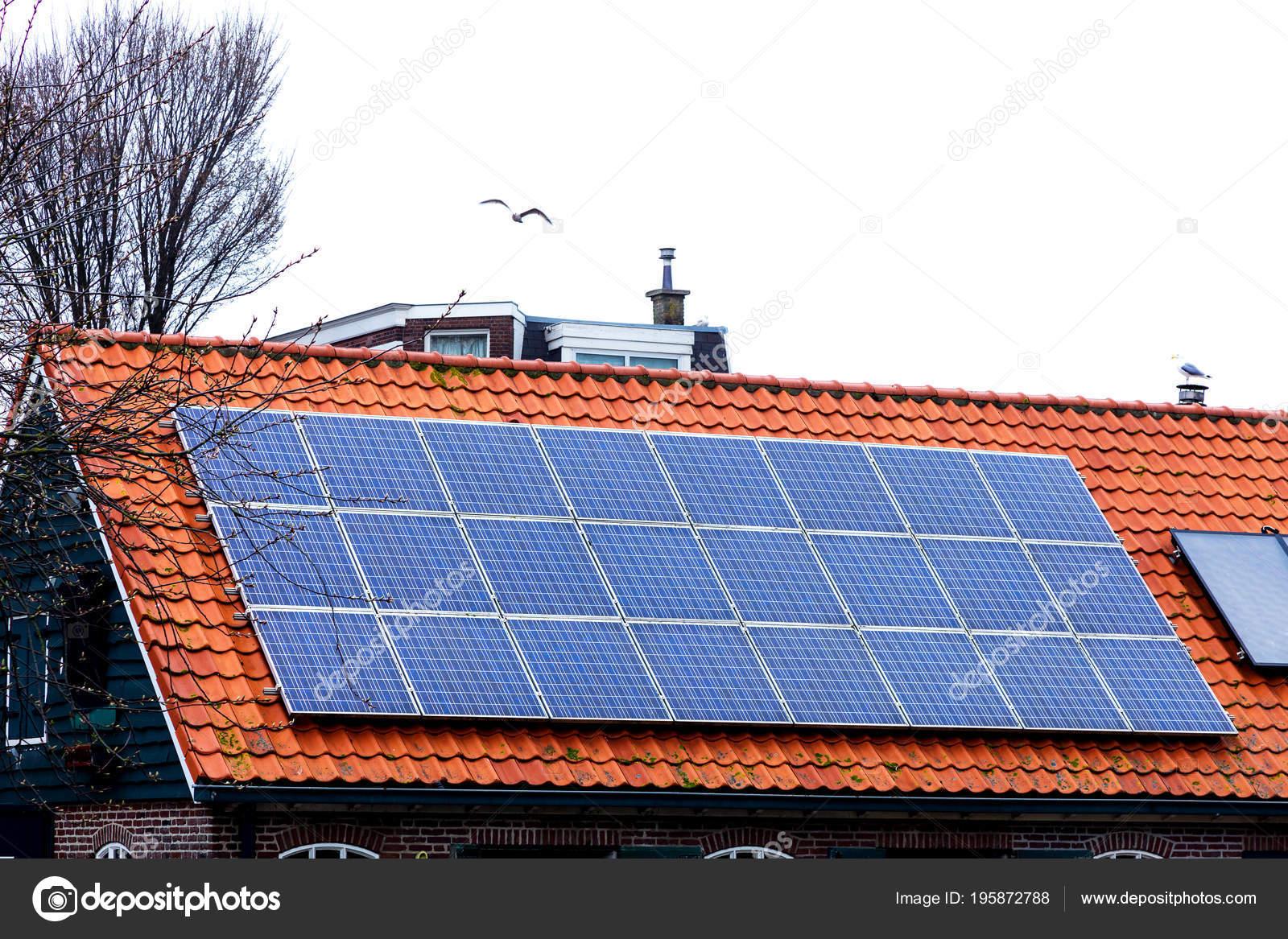 Rode tegel dak met zonnepanelen nieuwe zonne energie het oude