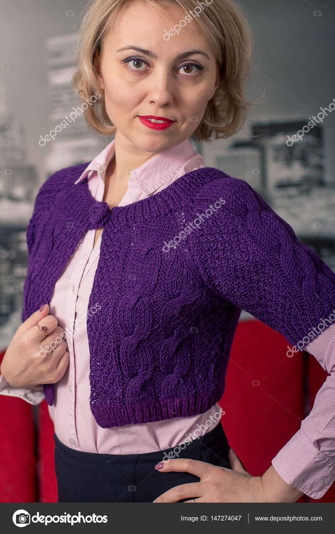 2e063c954c62 Krásná dívka v krásné pletené šaty. Styl a móda — Stock Fotografie ...