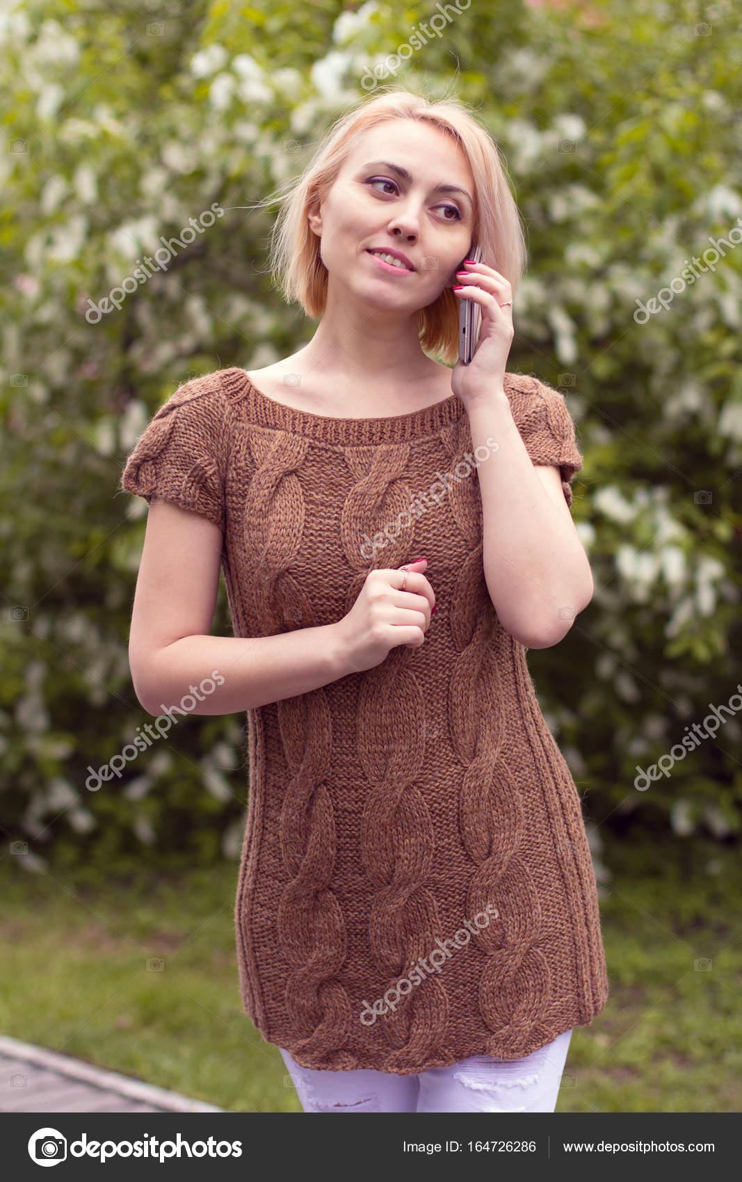 одинокая женщина в красивый вязаный жакет красивая женщина на