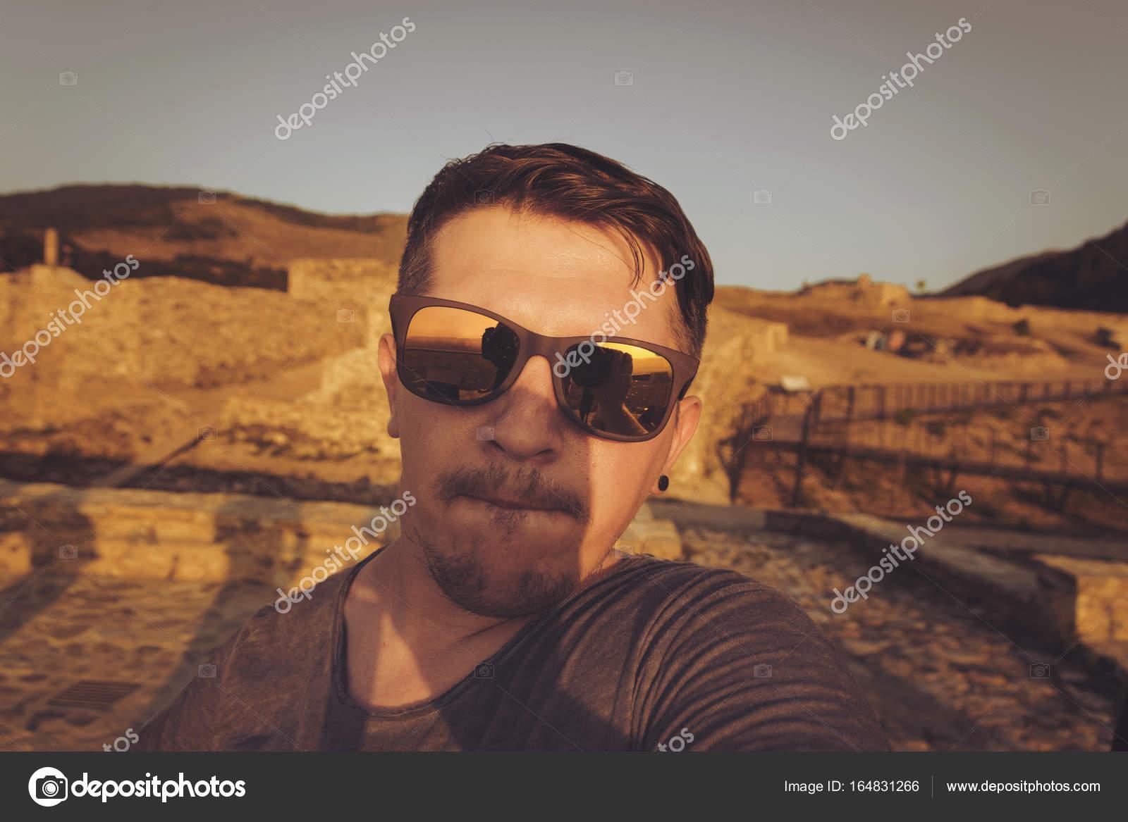Al Prendendo Occhiali Selfie Uomo Sopra Sole Tramonto Davanti Con Da RLj354A