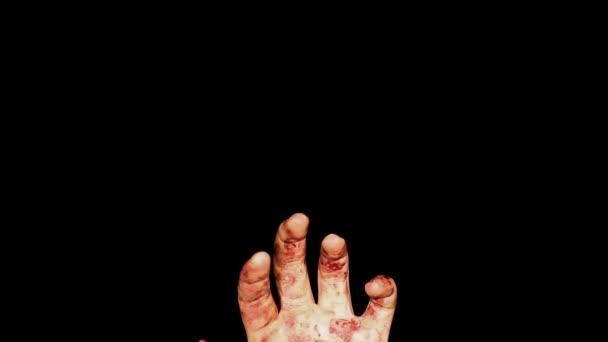 Mužské krvavou ruku v špínu ve tmě, dobrý klip pro strašidelný horor, halloween videa