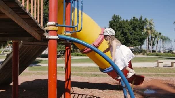 Klettergerüst Innen : Süßes kleines kind auf spielplatz spielen und klettern einem