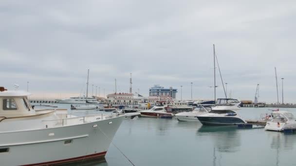 Sochi, Rusko - 18. ledna: Jachty a lodě v přístavu nebo. Pohled z mola