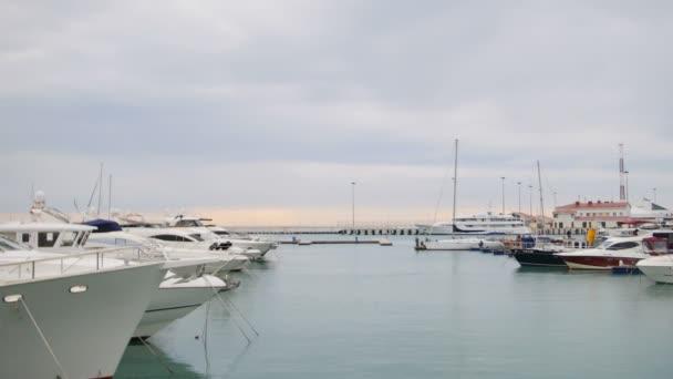 Jachty a lodě v přístavu nebo. Pohled z mola