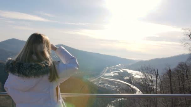 Skybridge Aussichtsplattform. Frau genießt Sonnenlicht und Landschaft Blick auf die Berge