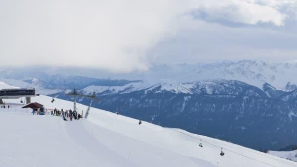 Skupina lidí, lyžařském středisku na vrchol hory