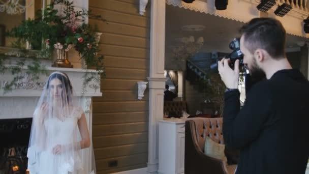 fotograf fotografování nevěsty s krbem na pozadí
