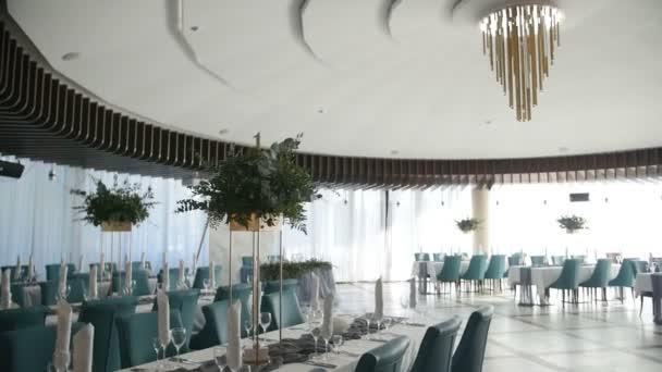 Interiér svatební dekorace sál připraven pro hosty. Krásné místo pro svatby a obřady. Svatební výzdoba