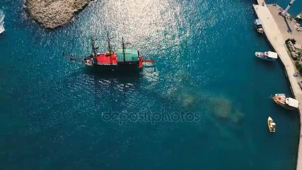 Letecká shora dolů záběr velké stránky vidět pirátská loď opouštějící přístav