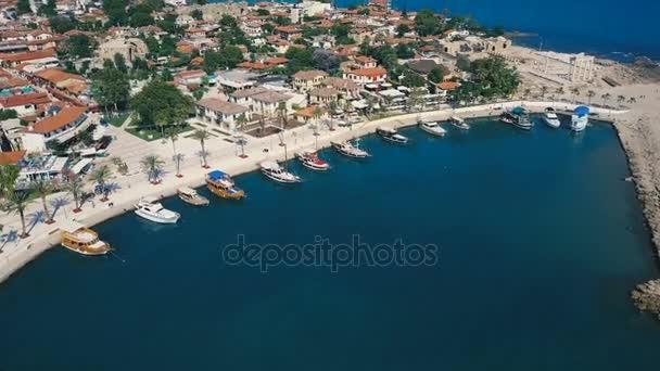 Letecké cestování video zobrazit staré město s jachty a lodě v Marině před ní. Nábřeží, přístav marina oceánu řeka ukotvit, lodě lodě