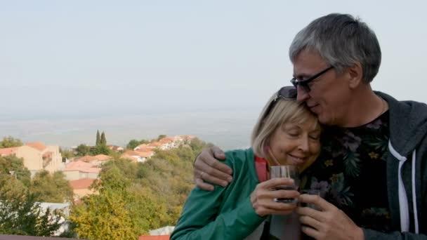 Mutlu, çocuklu aile açık havada şarap içme gülümseyerek. Hugs, mutlu uzun ömürlü