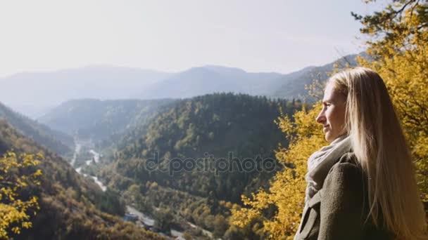 Zadní pohled na Žena Žena stojící na útesu, pozorování východu slunce dech a užijte si to. Sluneční paprsek záři paprsky jí, divoké přírody hor vrcholí inspirace těší fantastické horizont památky