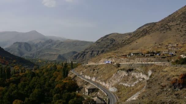 nákladní vůz na asfaltové silnice přes hory. Krásné Vysočiny. Video z nákladních automobilů na silnici v horách zelená krajina krásou