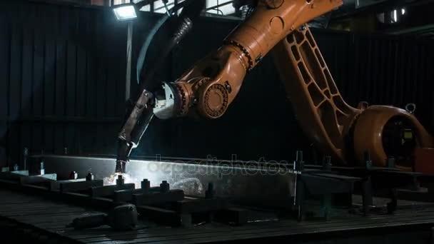 Zeitraffer des Schmelzprozesses des Schweißroboterarms in der Werkstatt. hochpräzise moderne Werkzeuge in der Schwerindustrie. automatische Arbeit. Technologie und Industriekonzept. Schuss in 5k roh