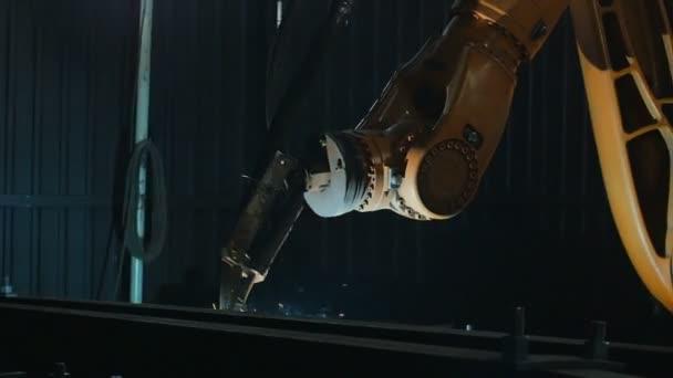 Pfanne des Schweißroboterarms schmelzen Metallverfahren in der Werkstatt. hochpräzise moderne Werkzeuge in der Schwerindustrie. automatische Arbeit. Technologie und Industriekonzept. Schuss in 5k roh