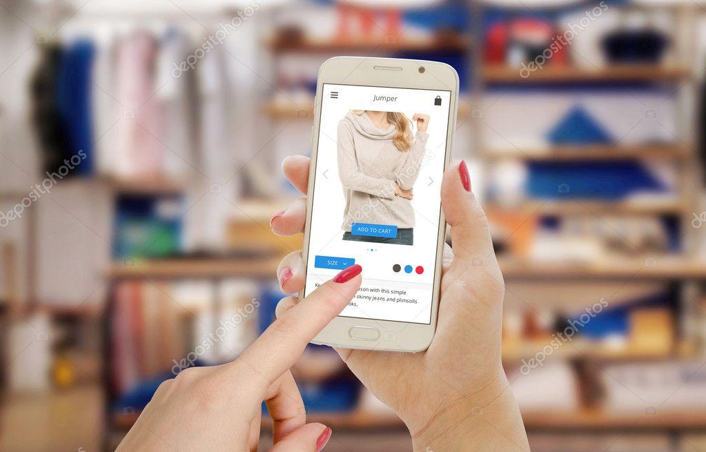 0fed72cd9 Compras on-line com telefone inteligente e comércio web site ou loja de  roupas de App em segundo plano — Foto de ...