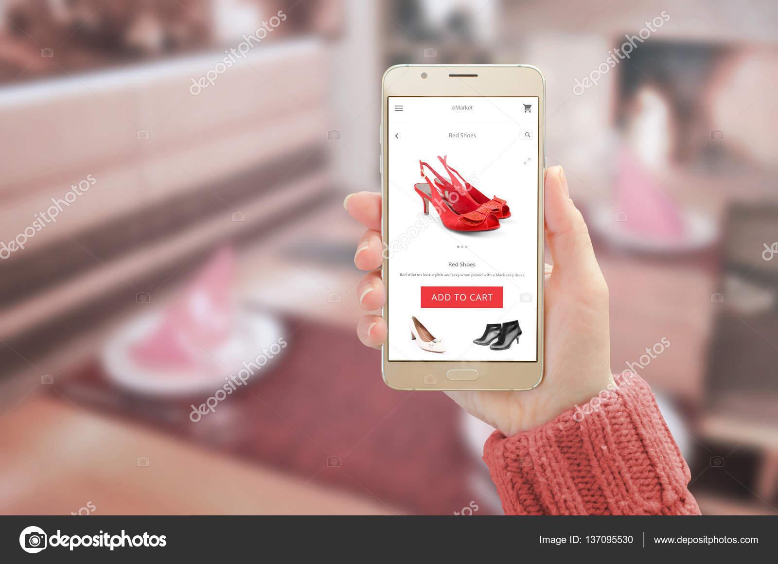 3d8d73bb1 Mulher mostrando moderno ouro telefone inteligente com app compra on-line  no visor do dispositivo. Mulher red shoes e adicionar ao carrinho button —  Foto de ...