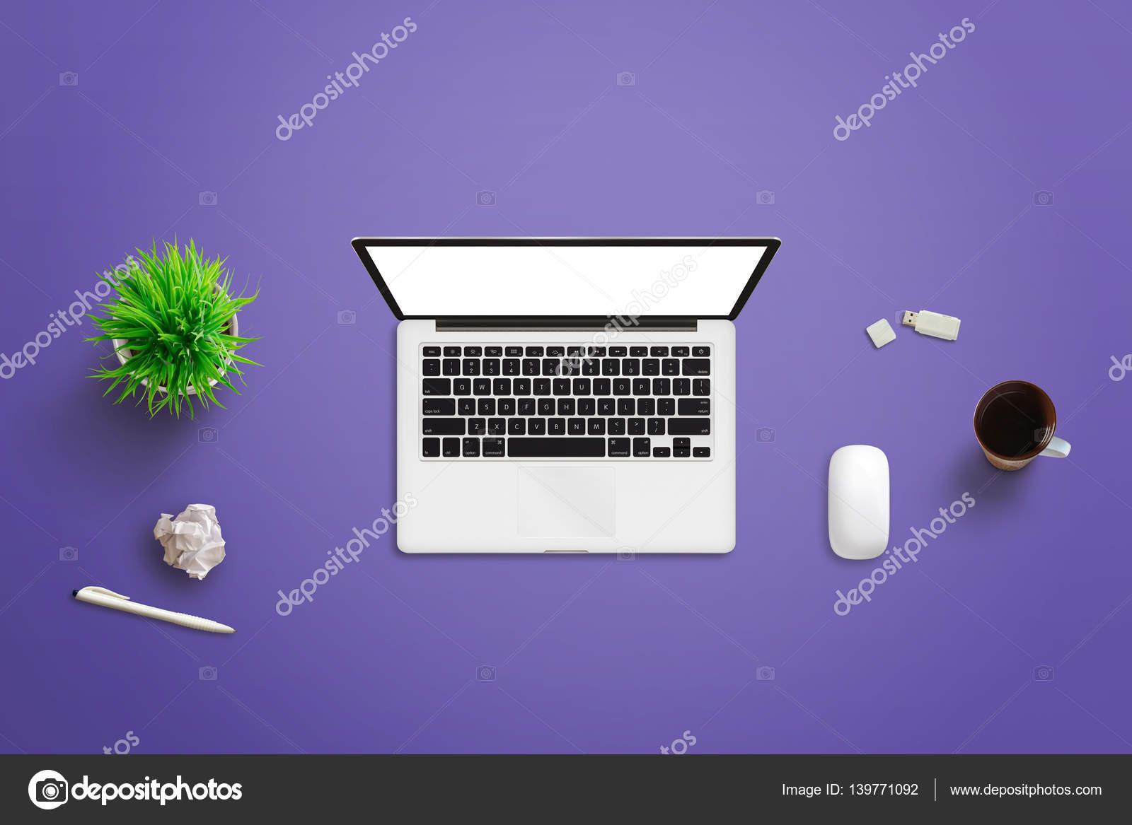 Set Da Scrivania Viola : Vista superiore della scrivania viola con il computer portatile