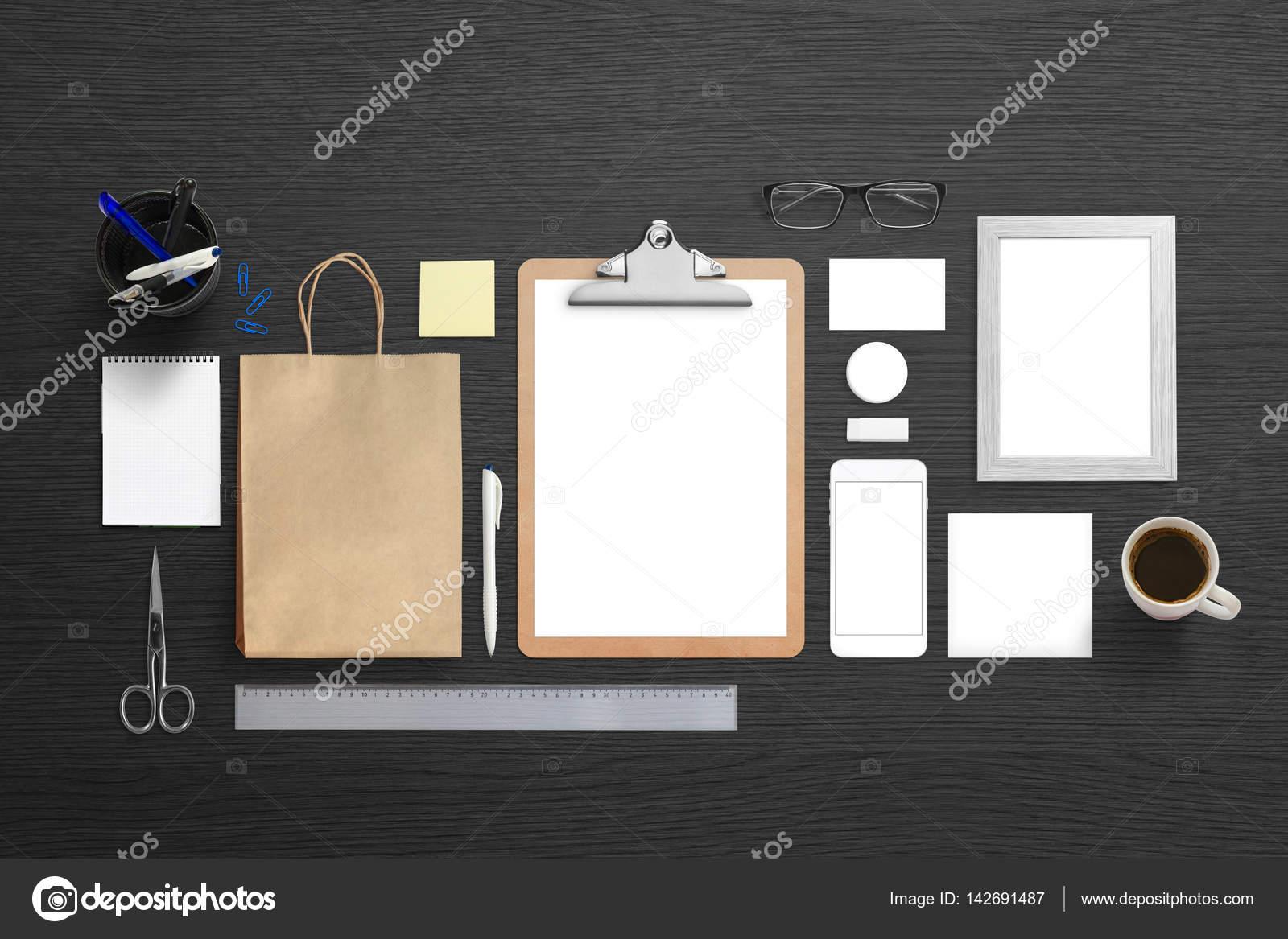 Maquette identité de marque d entreprise sur bureau noir simple