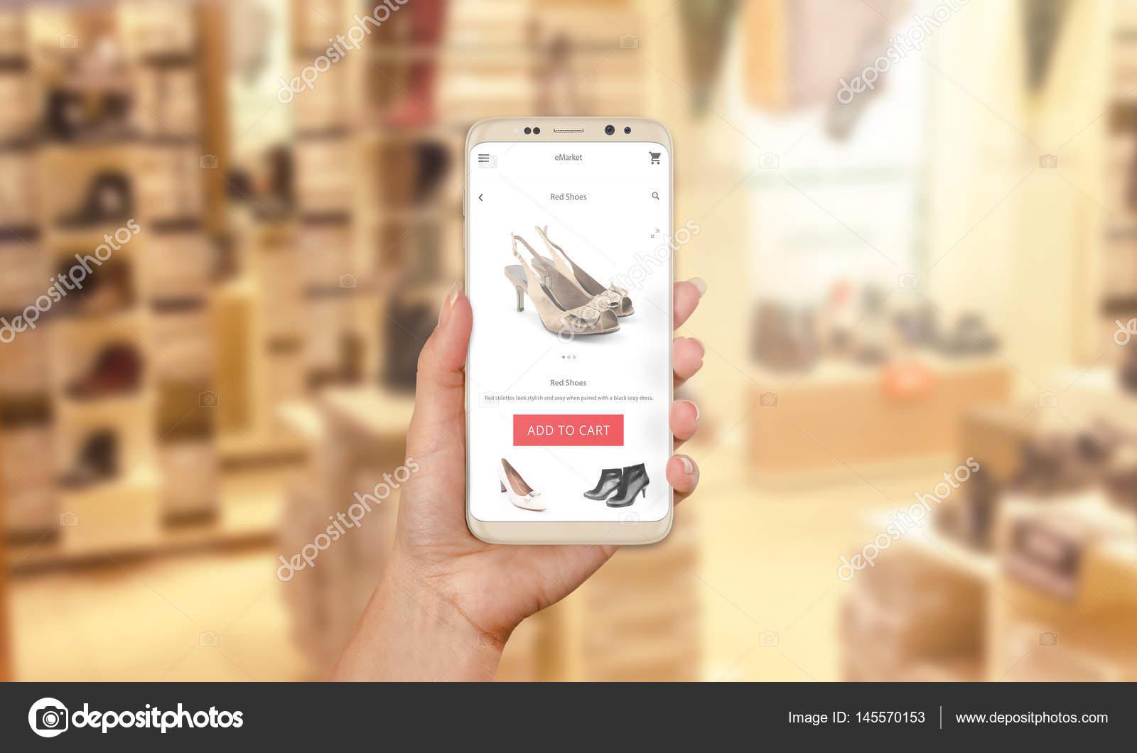7070d6c20 Mulher vai comprar sapatos online com sapataria moderna App móvel no fundo  — Fotografia de Stock