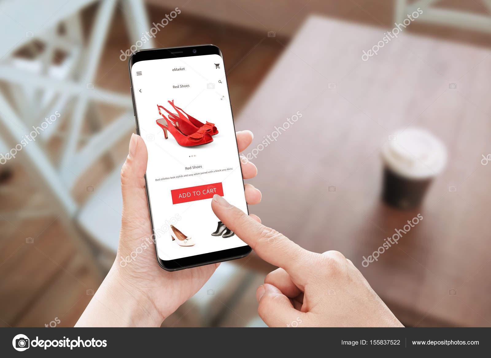 70d2b6446 Loja on-line app uso moderno telefone celular com bordas redondas. Toque de  mulher adicionar botão de carrinho para sapatos vermelhos — Fotografia por  ...