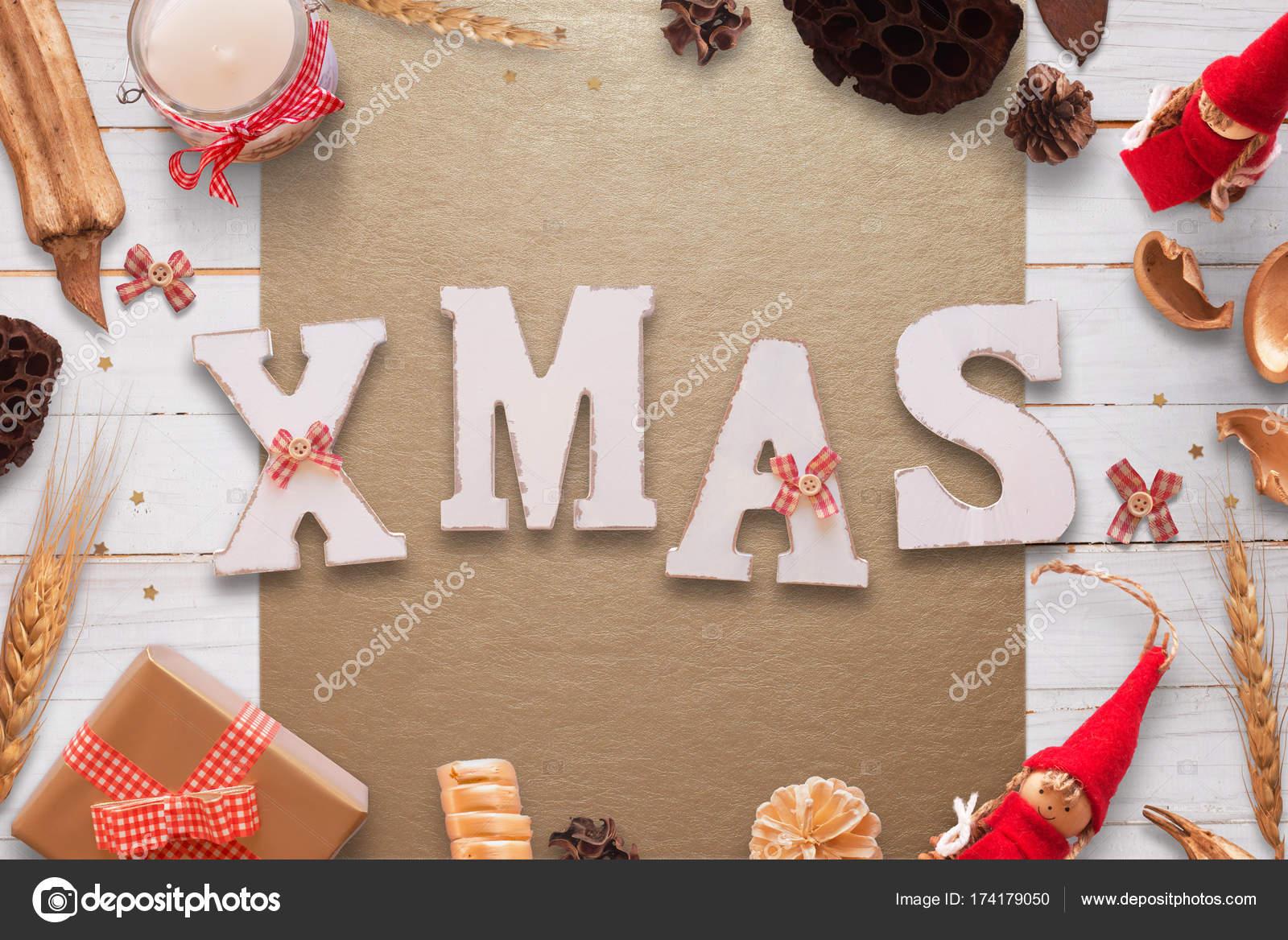 Noël blanc en bois texte sur le bureau en bois chiffon et white de