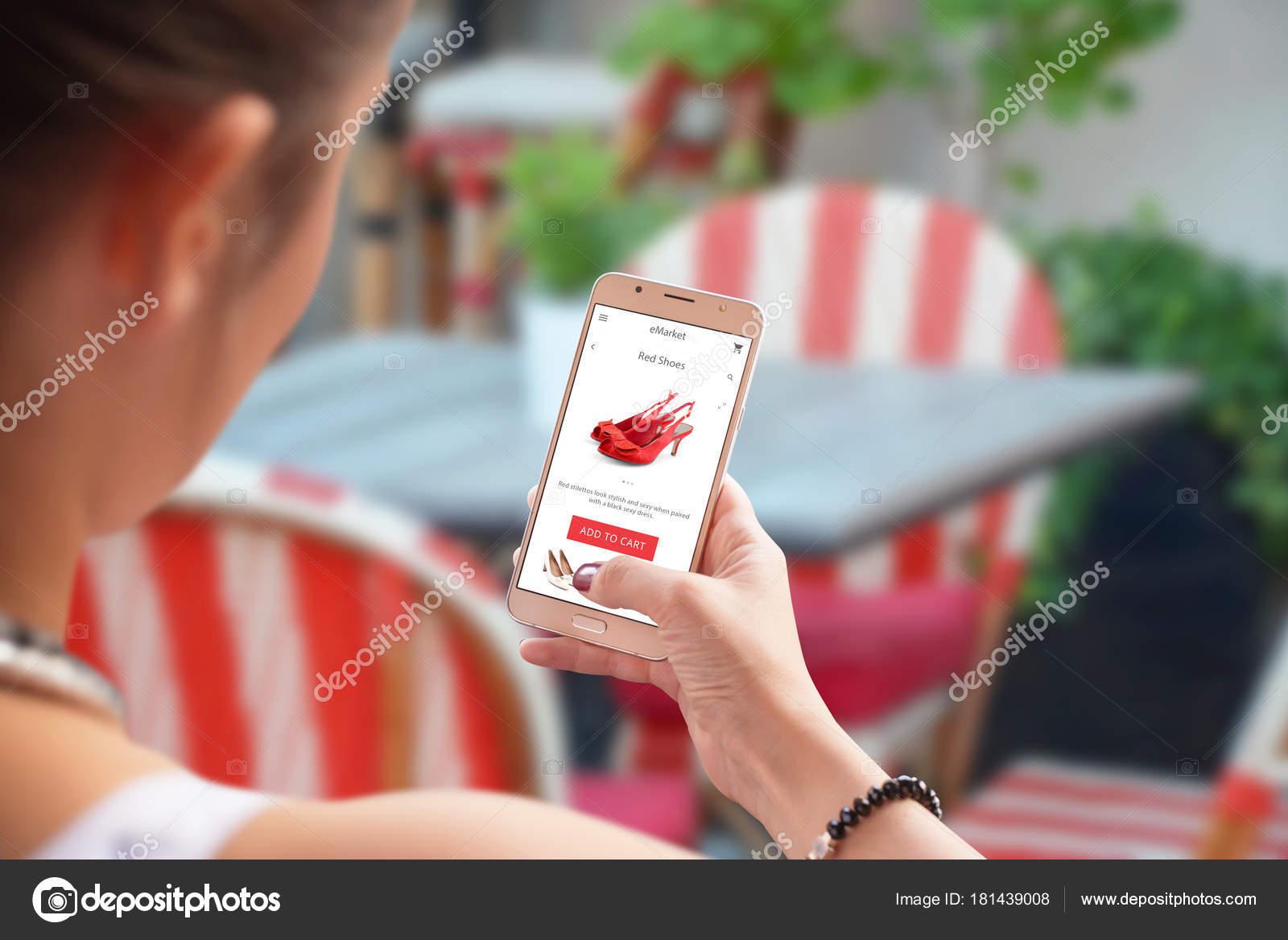 5dd0a7026 Compras Line Com Celular Sapatos Vermelhos Site Loja Mulher Usar —  Fotografia de Stock