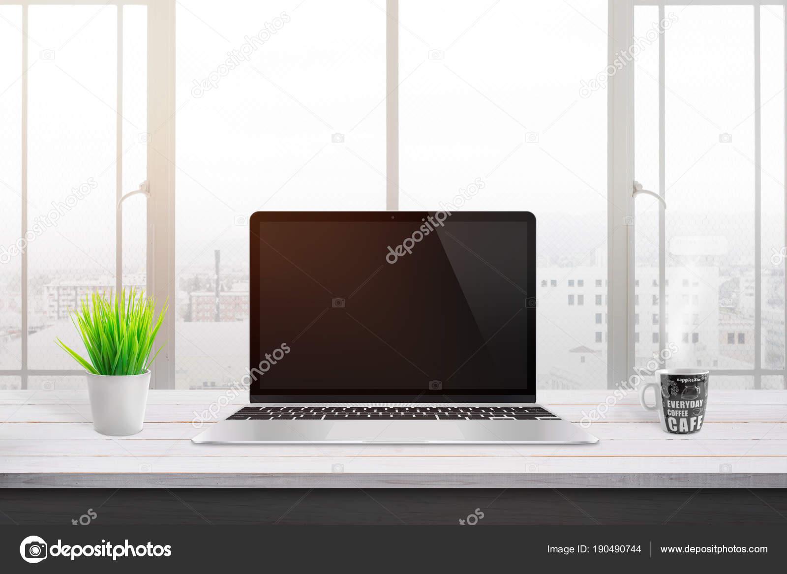 Moderne ordinateur portable sur bureau bois blanc pour maquette