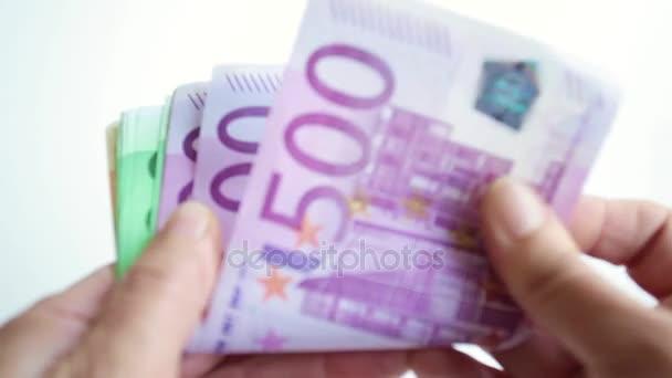 Drží peníze eurobankovky