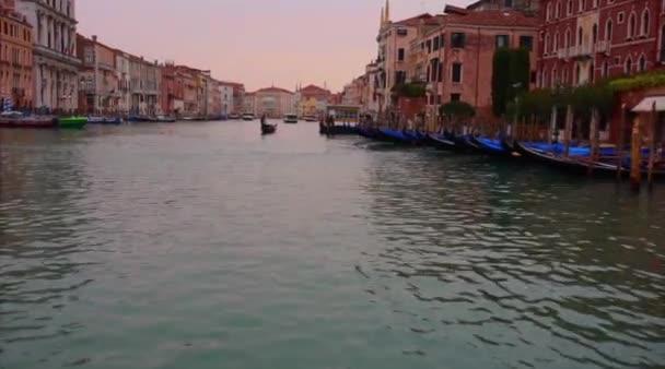 99b900af5 09 de enero de 2018 de Venecia  paseo en barco de material de archivo en  los edificios del Gran Canal y arquitectura veneciana de puesta de sol  vista viajar ...