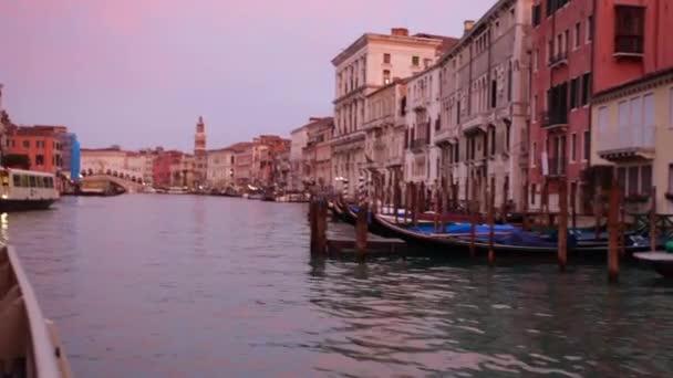 Benátky Itálie 09 Jan 2018: Benátky Itálie záběry Canal u mostu Rialto v Sunset benátskou architekturu budovy pohled z cestování lodí na vodě. Cestování Venezia Canal Grande