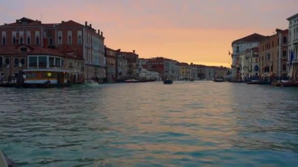 Benátky Itálie 09 Jan 2018: výlet lodí záběry na Canal Grande a Sunset benátskou architekturu budovy pohled z cestování lodí na vodě. Venezia Canal Grande cestování Itálie