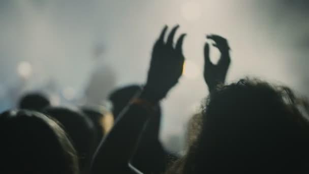 táncoló tömeg kezében