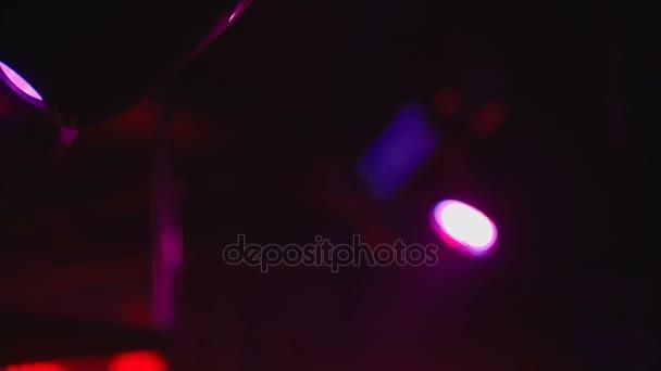 az éjszakai reflektorfényben