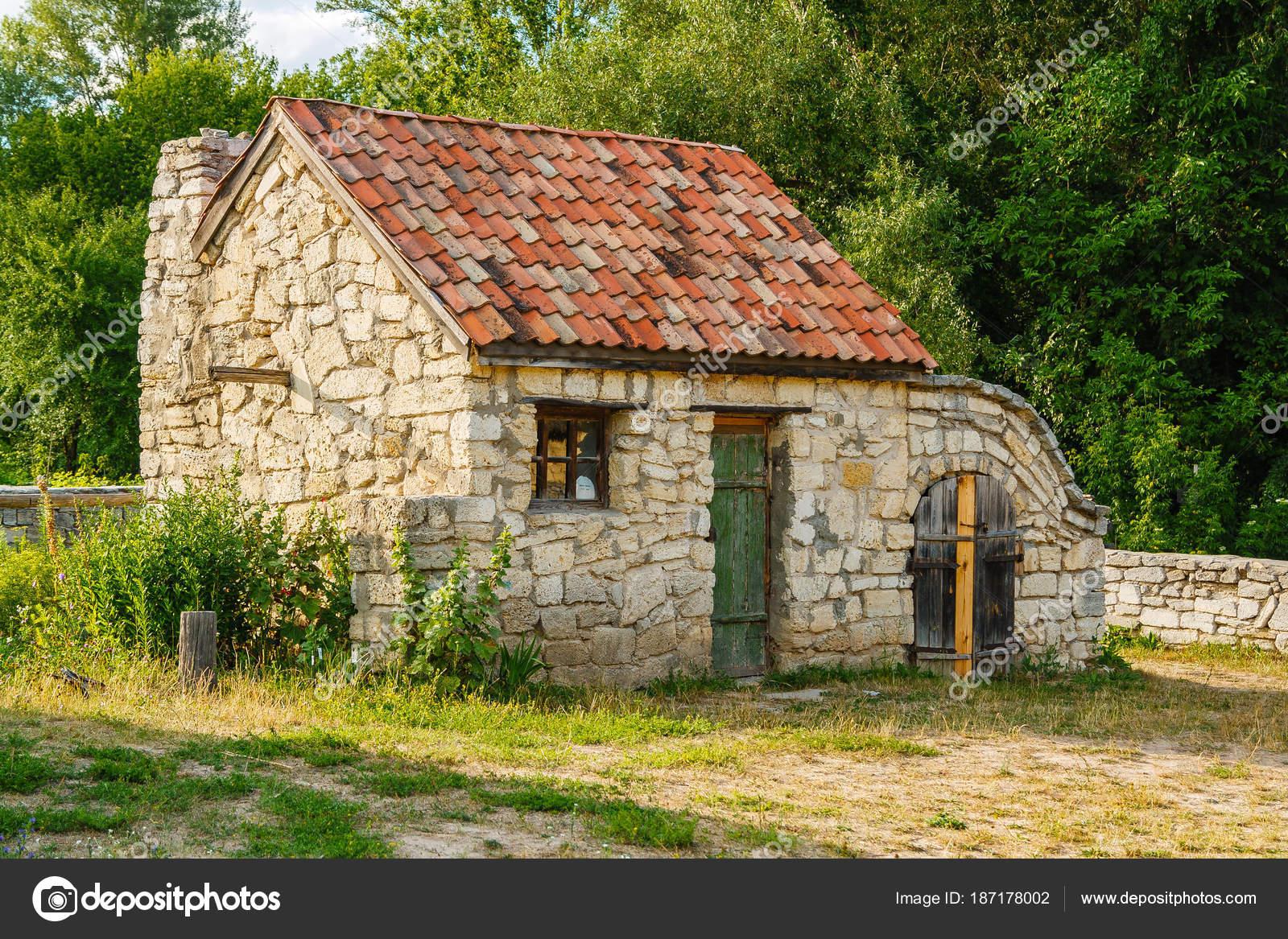 Antigua casa de piedra con techo de teja foto de stock for Decoracion de casas antiguas con techos altos