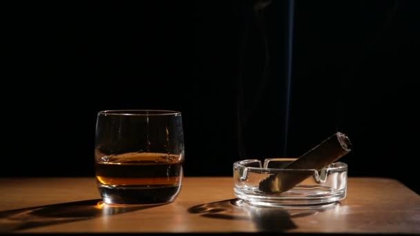 Whiskey Italok füstölgő szivarral